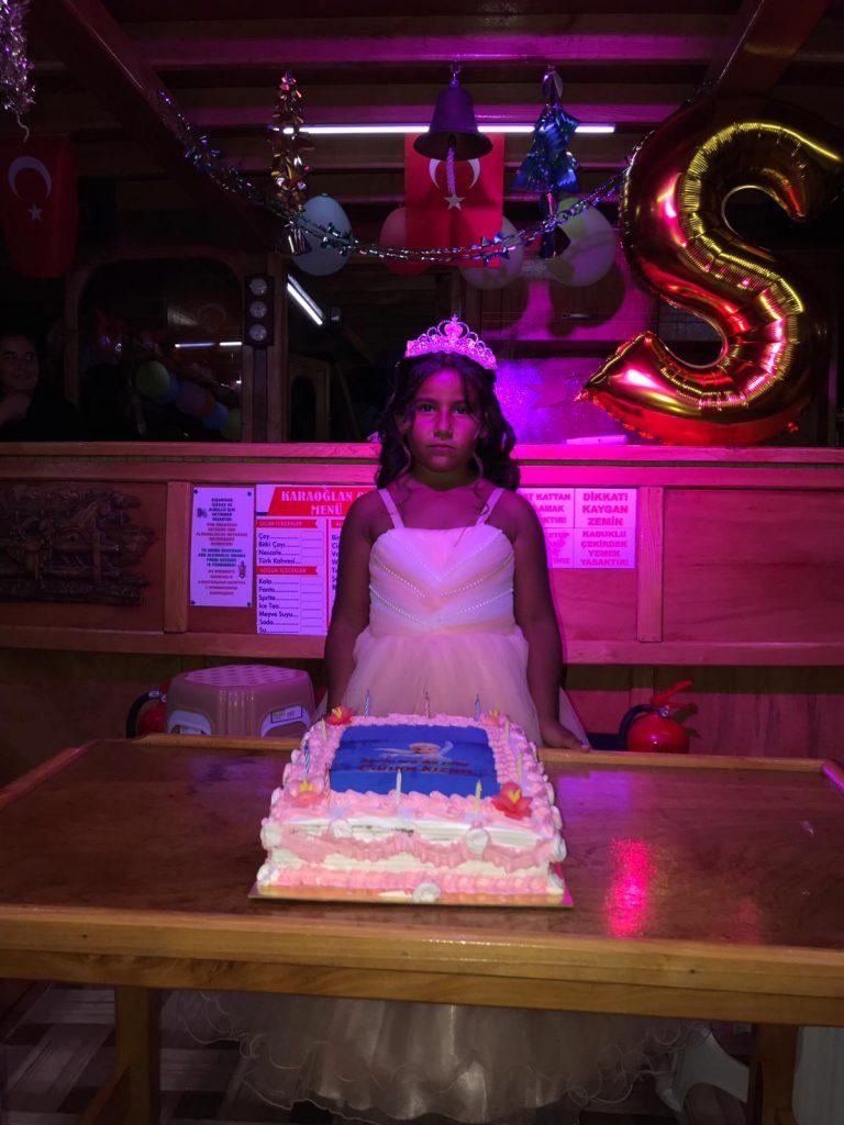 denizde tekne ile doğum günü partisi